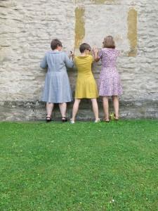3 Frauen Kirche hinten