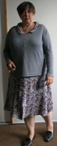 Graues Sommerkleid mit grauem Pulli