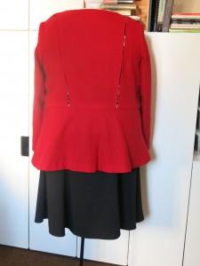 Schwarzer Jerseyrock mit roter Jacke hinten