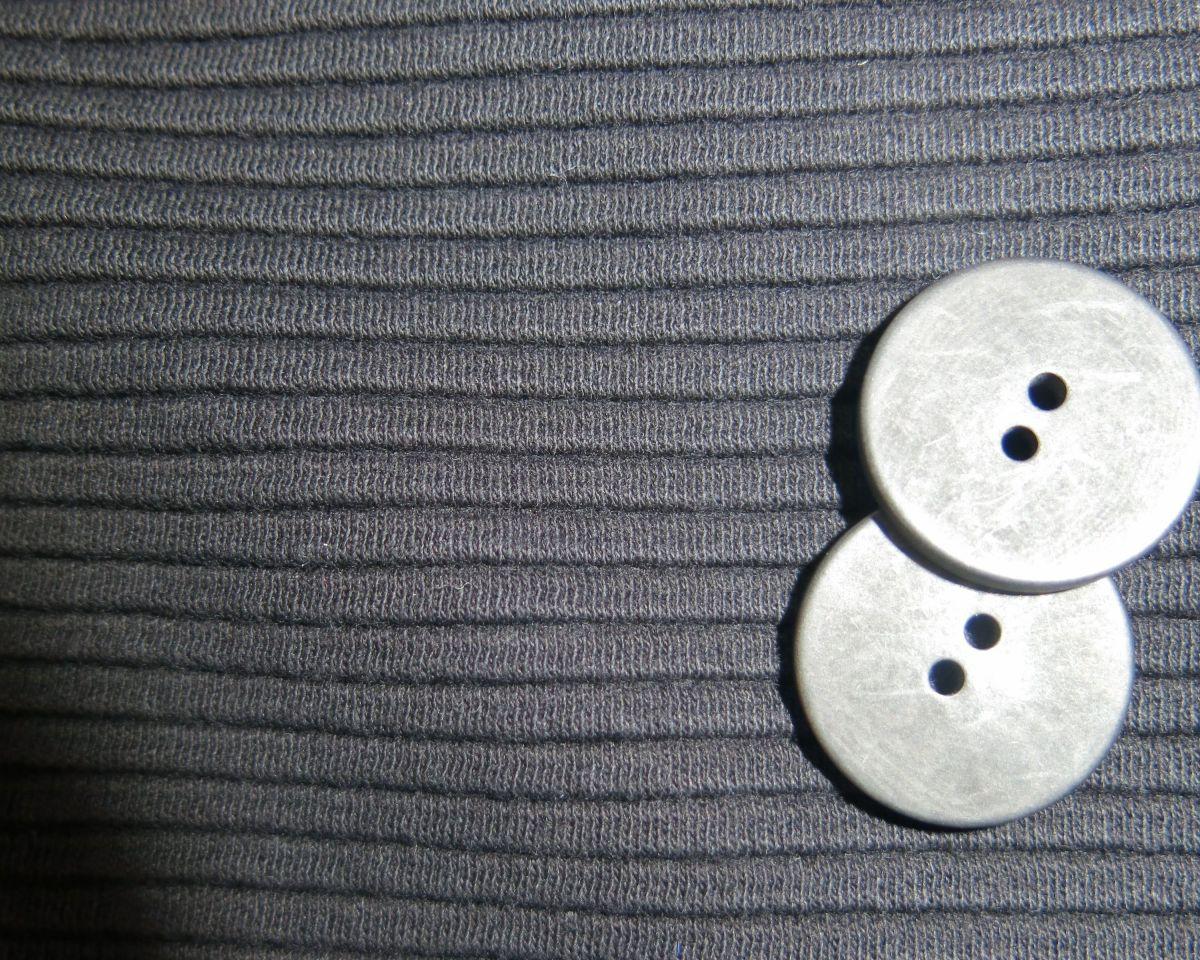 schwarzes-wolkenkleid-stoff-knoepfe